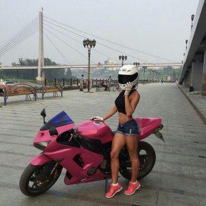 Девушка на розовом мотоцикле