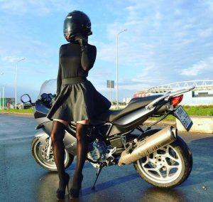 Девушка в черном на мотоцикле