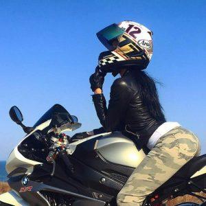 девушка на мотоцикле в шлеме