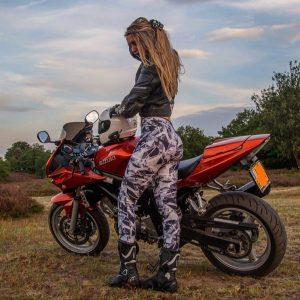 девушка с парнем на мотоцикле